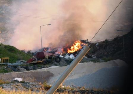 Οι φωτιές στα σκουπίδια σαν συνέπεια της εγκληματικής αδιαφορίας του Δήμου συνεχίζονται αμείωτες. Η φωτογραφία είναι σημερινή, 15 Απρίλη 2011
