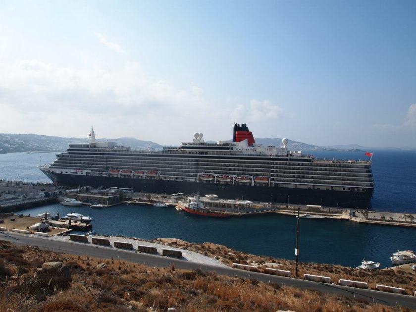 Λιμάνι Μυκόνου στον Τούρλο - ντόκος κρουαζιεροπλοίων- Φωτογραφία αρχείου από Ιωάννα Σαμιωτάκη, με Queen Elisabeth 2012