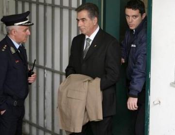 """Ο πρώην δήμαρχος Θεσσαλονίκης οδηγείται στις φυλακές Διαβατών. Η εικόνα με τις καλυμμένες χειροπέδες και η βαριά ποινη των ισοβίων θορύβησε πολύ κόσμο και στο νησί μας όπου εκκρεμούν υποθέσεις και σε όλη την Ελλάδα όπου για πολλά χρόνια η αυτοδιοίκηση ήταν και σε πολλές περιπώσεις παραμένει στα χέρια επίορκων πολιτευτών που λειτουργούν με 'ορους και συνήθειες """"μαφίας"""""""