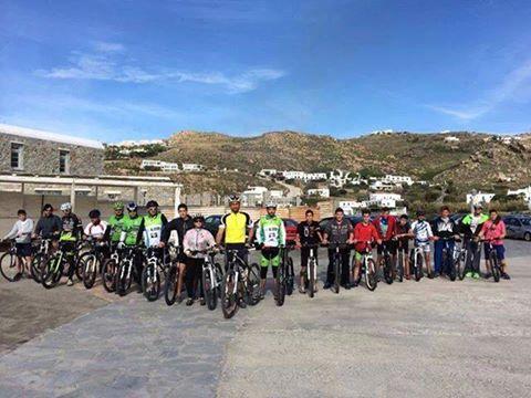 Μέλη του Ποδηλατικού Συλλόγου Μυκόνου. Δραστήριοι και πρωτοπόροι, παρά τις όποιες δυσκολίες ανοίγουν (ποδηλατο)δρόμους στη Μύκονο.