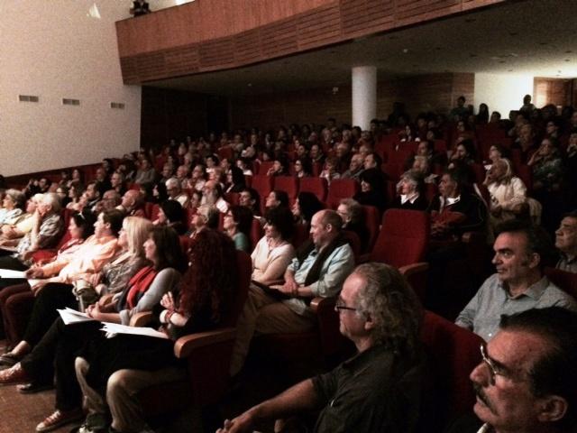 Με ιδιαίτερο ενδιαφέρον ο κόσμος που συμμετείχε στην κεντρική προεκλογική εκδήλωση της ΚΕΠΟΜ παρακολουθεί τις ομιλίες της Άννας Καμμή και στελεχών της ΚΕΠΟΜ