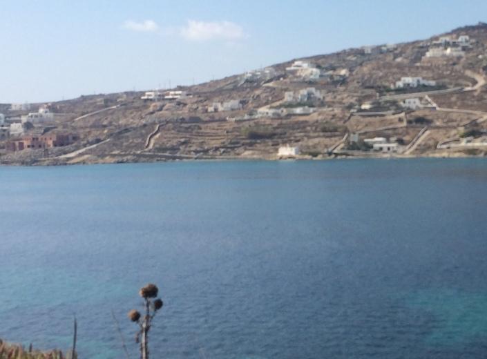 Εικόνα της περιοχής από την απέναντι ακτη, στον όρμο του Κόρφου. Όλη η περιοχή από τον Κόρφο και μέχρι τα Κανάλια (κυρίως γύρω και μετά την Αναβολούσα) έχει δεχτεί τεράστιο βάρος άτακτης και εν πολλοίς αυθαίρετης δόμησης.